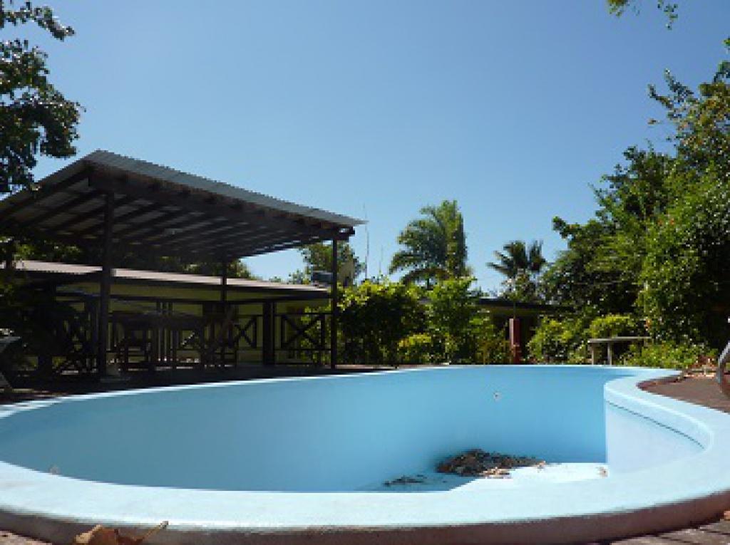 Arue terrain plat 1000m maison 3ch 2sdb piscine grand terrasse couverte petites annonces for Avancee terrasse couverte