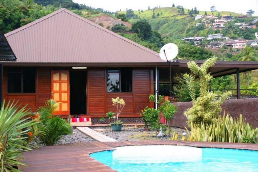 A louer punaauia villa balinaise avec piscine petites for Annonces maison a louer