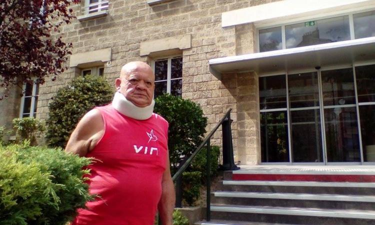 Michel Van Bastolaer, ce mardi à Paris devant le centre d'hébergement du Rosier rouge qu'il a dû quitter faute de moyens pour poursuivre son séjour.