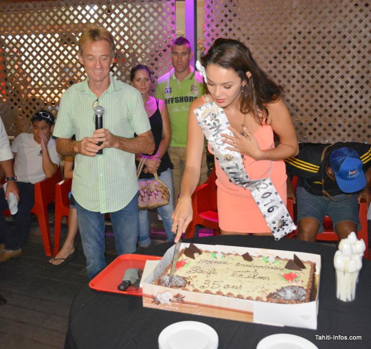 Frédéric Mourgeon entouré de ses salariés, clients et de Miss Tahiti et ses dauphines (qui se disent très cinéphiles), en train de couper le gâteau des 35 ans de Pacific Films