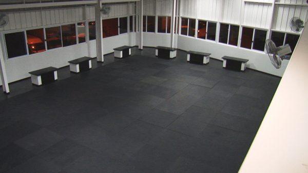 Une salle sur deux niveaux