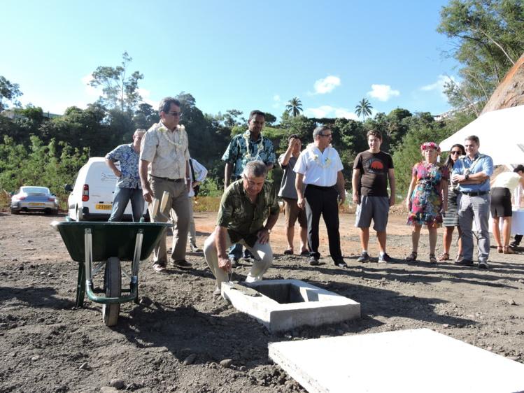 Marcel Taib. promoteur de la villa Stencer, a posé la première pierre du bâtiment ce jeudi matin en présence du président du Pays.