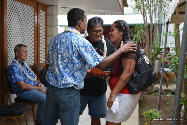 90 familles ont reçu leurs bons AAHI ce vendredi à l'OPH, des mains du ministre du Logement Tearii Alpha et des tāvana présents