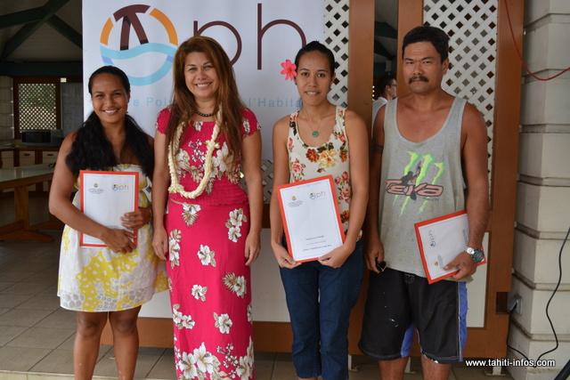 Parmi les 90 familles, trois viennent de Moorea. Les voici avec la directrice générale de l'OPH, Vaiani Garbutt