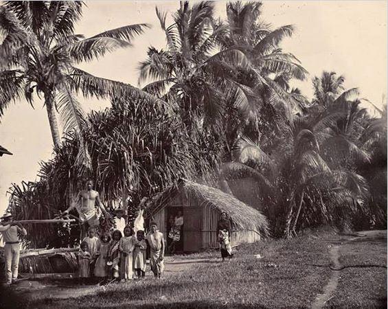 3 Famille devant son fare à Tautira, en 1900.