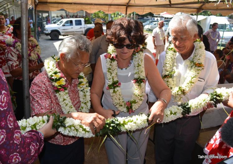 Gaston Tong Sang accompagne Nina et Albert Moux pour inaugurer la nouvelle boutique Vodafone de Bora Bora