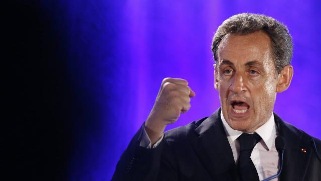 """Sarkozy en campagne promet de """"restaurer l'autorité de l'Etat"""""""