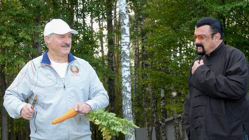 Le président bélarusse force l'acteur Steven Seagal à manger une carotte