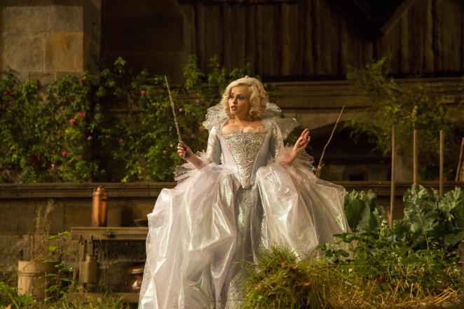 Helena Bonham Carter joue le rôle de la marraine la Bonne Fée dans le film Cendrillon. La semaine prochaine, c'est Soraya qui jouera ce rôle au Taaone.