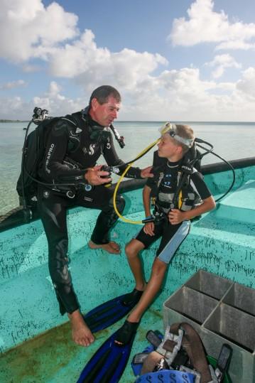 Gille assure la formation des jeunes plongeurs à partir de l'âge de 8 ans, avec du matériel qui leur est adapté.
