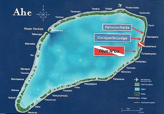 Une carte de Ahe montrant le centre de plongée, les deux pensions et, à gauche, la passe Tiareroa.
