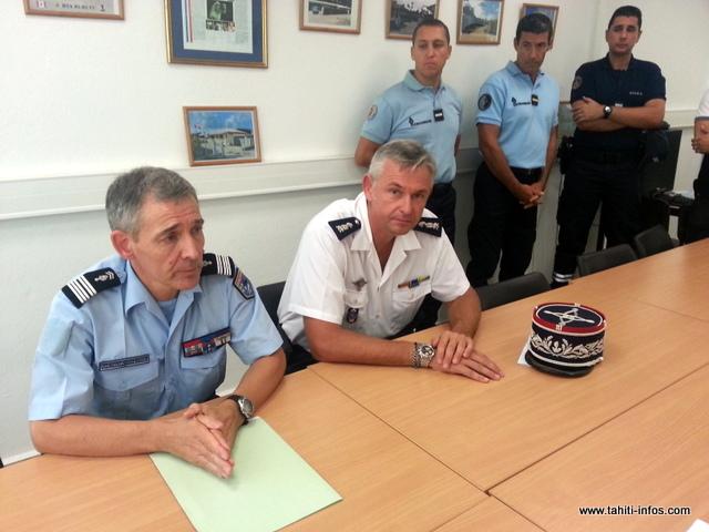 Le colonel de gendarmerie Pierre Caudrelier et le directeur régional des douanes, Richard Marie, cet après-midi devant les médias.