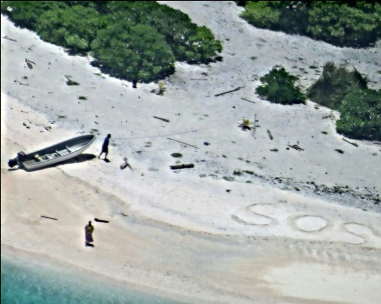 """Repérés grâce à un """"SOS"""" dessiné sur le sable"""