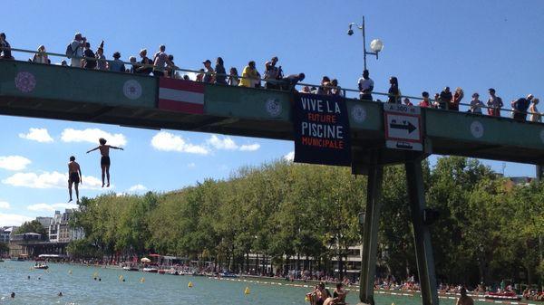 Le bassin de la Villette transformé en piscine géante, malgré l'interdiction