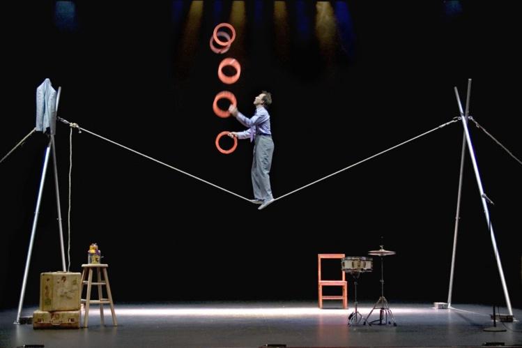 Clown, acrobate, jongleur et même fil-de-fériste, Jamie Adkins est un artiste doté de nombreux talents.