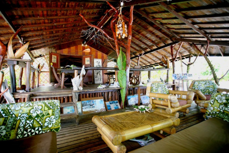 La partie salon et salle à manger de la pension Cocoperle Lodge,  d'où se dégage une atmosphère très paumotu.