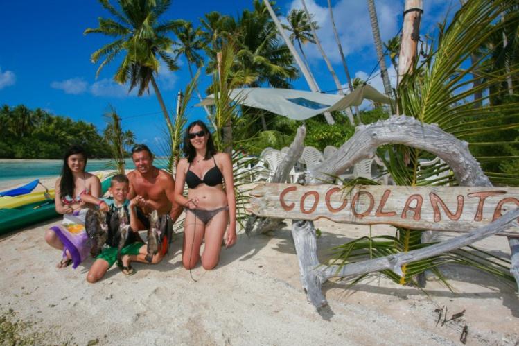 Retour de pêche sur la plage de Cocolanta, où mérous et chirurgiens vont être grillés sur un feu de bourres de cocos.