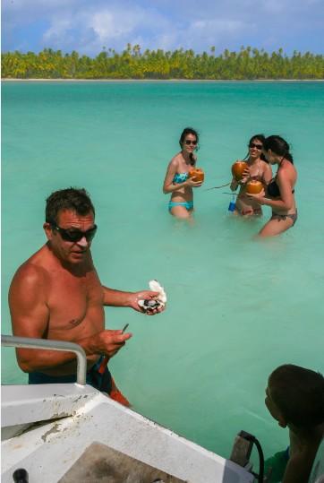 Eau de coco et bénitier, le lagon sud, aux couleurs de jade, demeure un must de l'atoll de Ahe.