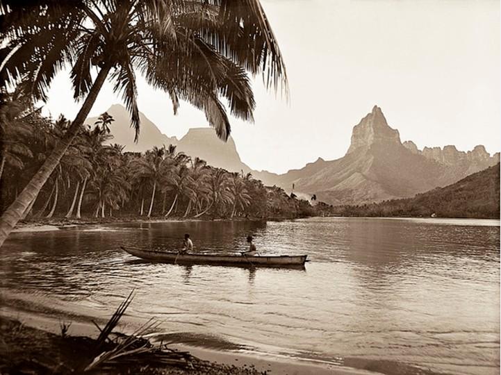 Pirogue dans une baie de Moorea, vers 1920. Photo Lucien Gauthier