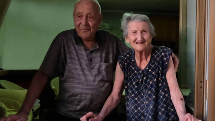 Antonio Vassallo, 100 ans, et sa femme Amina Fedollo, 93 ans, dans leur village d'irréductibles centenaires au sud de l'Italie.
