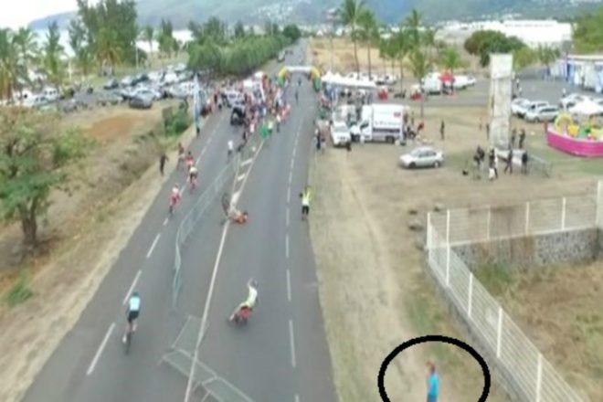 Tour de La Réunion : un homme place des barrières pour faire chuter les cyclistes