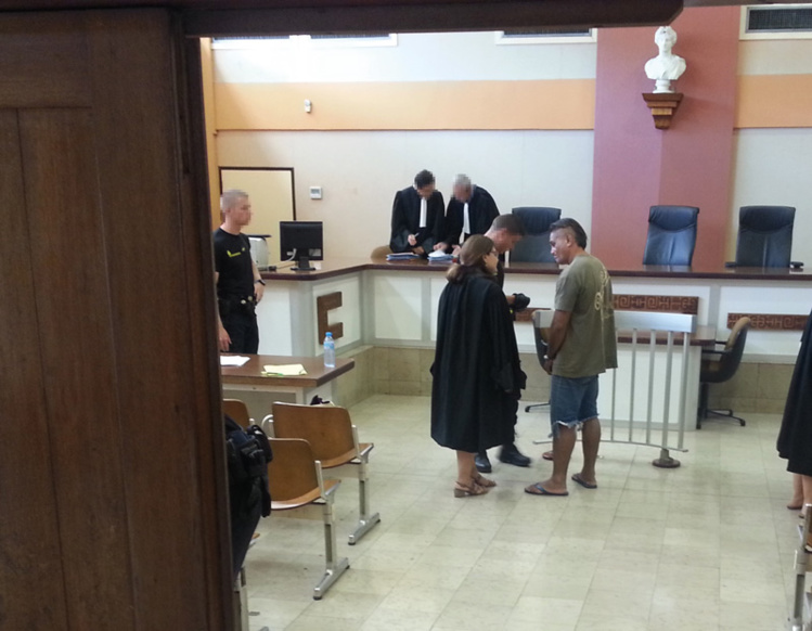 Le prévenu a été reconduit à Nuutania ce lundi, condamné à 18 mois de prison ferme avec maintien en détention pour avoir rossé sa femme alors qu'il avait interdiction de l'approcher, suite à une précédente condamnation.