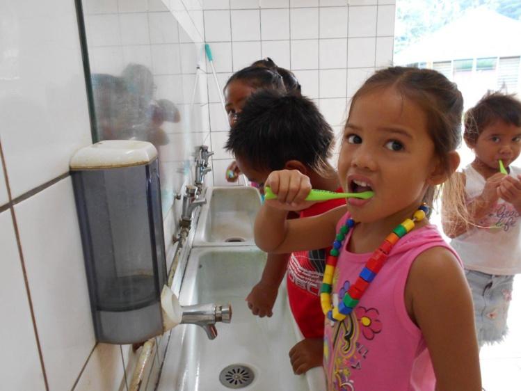 Des brosses à dents pour la rentrée scolaire à Huahine
