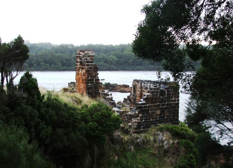 Il ne reste plus grand-chose, sur place, du pénitencier de Macquarie Harbour. Ces ruines sont celles de la prison du centre, où séjourna Pearce après sa première évasion.