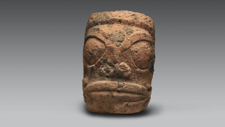Mi-homme, mi-dieu, Tiki est considéré comme un héros mythologique qui a donné naissance au premier homme, mais aussi à la sculpture et au tatouage.