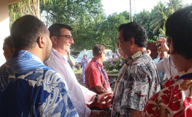 Le président de la Polynésie française Edouard Fritch et le président du gouvernement de Nouvelle-Calédonie, Philippe Germain, se congratulent après l'accession de la Polynésie française et de la Nouvelle-Calédonie au statut de membres à part entière.