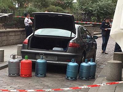 Dans la nuit du samedi 3 au dimanche 4 septembre, la police a découvert au moins six bonbonnes de gaz dont cinq pleines dans le coffre d'une voiture dépourvue de plaques d'immatriculation, près de Notre-Dame à Paris