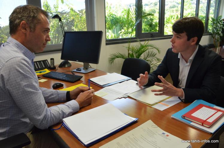 L'élève haut-fonctionnaire Paul Salez passera les cinq prochains mois auprès de Frédéric Poisot (ici à gauche), le directeur de cabinet du haut-commissaire de la République en Polynésie française, dans le cadre d'une mission en alternance avec le secrétariat général du Haut-commissariat.