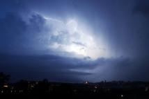 Orages: 84.000 foyers toujours privés d'électricité, 10 départements en alerte
