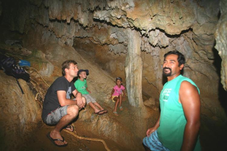 Notre guide, Kenji, expliquant les légendes liées à cet abri souterrain qui aurait sauvé un clan de Rimatara aux temps anciens.