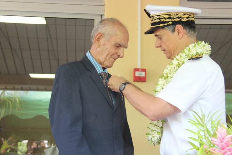 En mars 2015, le haut commissaire Lionel Beffre avait remis  l'insigne de Chevalier dans l'Ordre du Mérite Agricole à Roger Doom, à la maison familiale et rurale de Vairao.