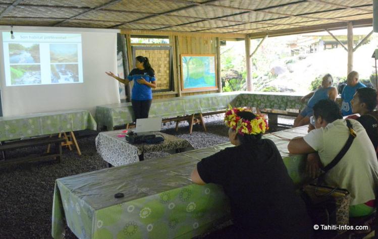 Herehia Helme a présenté ses premiers résultats aux bénévoles de l'association Haururu qui l'on beaucoup aidé pour la logistique importante de ces recherches en fond de vallée.