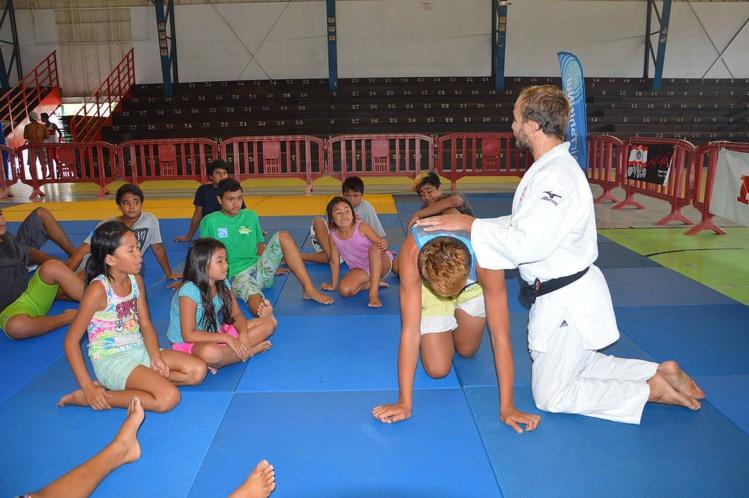 Les enfants très attentifs aux cours dispensés par Ugo Legrand