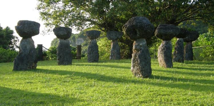 """Les Chamorros ne sculptaient ni tiki ni moai, mais ils édifiaient de spectaculaires constructions de pierres surmontées d'un chapeau, les """"Latte stones"""". Celles-ci auraient servi de fondations à de vastes maisons de bois."""