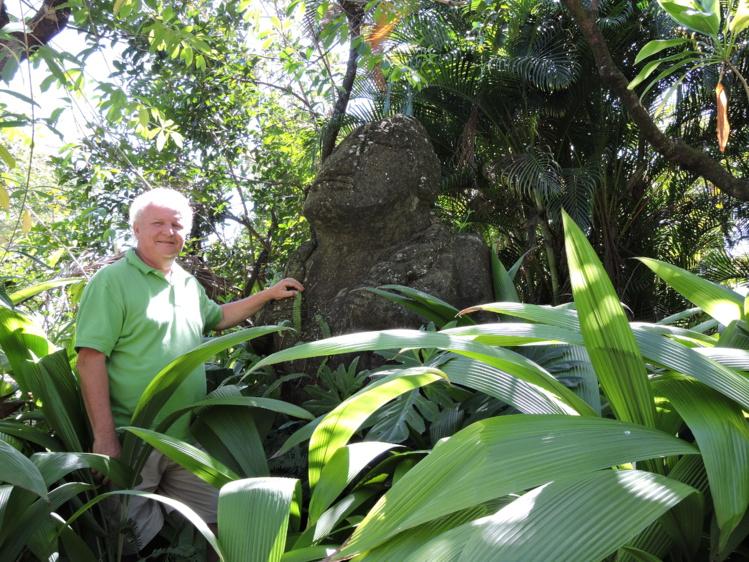 Olivier Babin, président de l'association Tahiti Heritage, aux côtés du tiki, qui est devenu l'emblème de l'association.