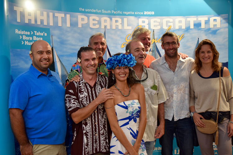 L'équipage d'Areareaprêts à en découdre, la veille du départ de la course, aux côtés de la présidente de la TPR, Violetta Amaru-Paradot et du skipper du Xantus, Bastien de Brouwer.
