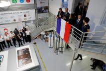 """Charlie Hebdo: Hollande célèbre la """"renaissance"""" de l'imprimerie de Dammartin"""