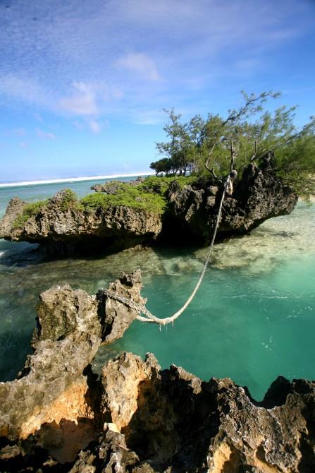 Cette corde, tendue entre deux rochers émergés, permet aux baigneurs d'affronter les vagues de l'océan lorsque la marée monte. Parties de rire garanties pour les enfants.