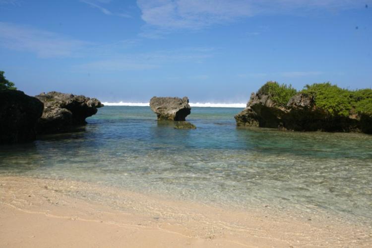 Le lagon de Rimatara n'est pas très large, mais les feo de corail émergé constituent autant de barrières protectrices face à la houle venue du large à marée haute.