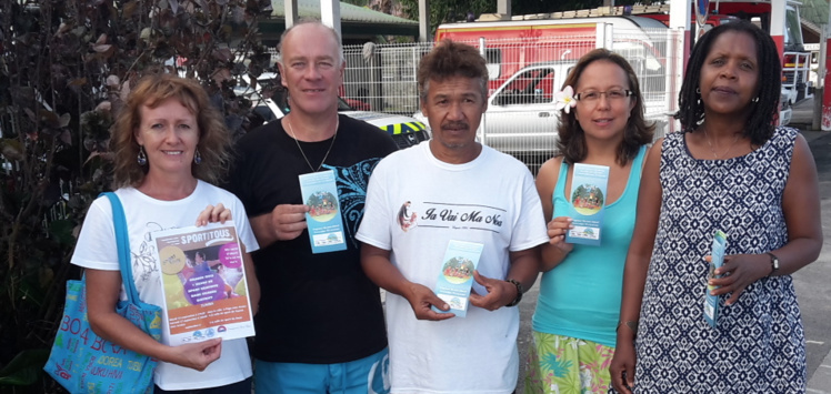 Le comité des parents (avec de gauche à droite : Brigitte et Xavier Le Faou, major de la gendarmerie de Bora Bora, Alfred, Tehani et Maryse psychologue scolaire) vous présente le nouveau flyer santé et hygiène.