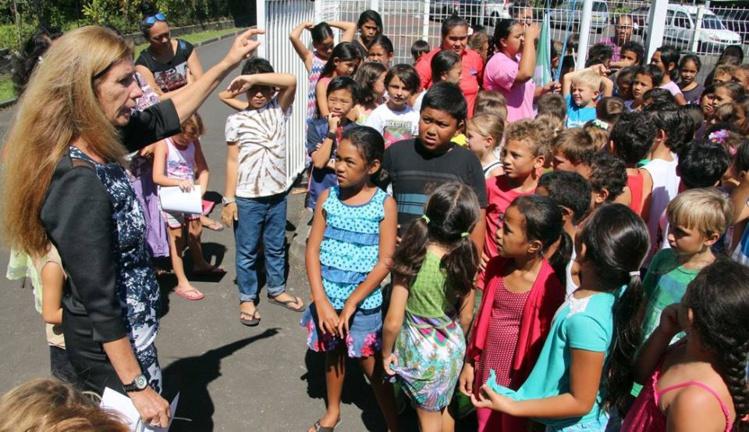 Gaëlle Latour, la directrice de l'école Tamahana, a expliqué le principe de l'éco-école aux élèves avant de hisser le drapeau vert.