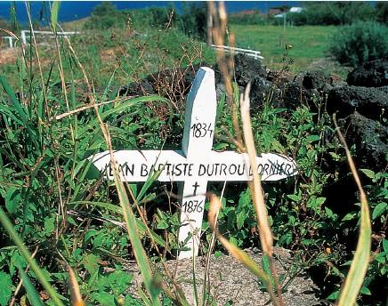 """La tombe du """"roi"""" de Pâques, à Mataveri, dans la caserne des carabineros. La tradition rapporte que les Pascuans l'ont enterré la tête en bas, pour marquer leur mépris du tyran (photo DP)."""