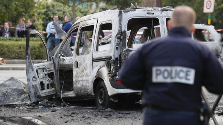 Les deux voitures des policiers ont entièrement brulé. AFP