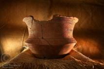 Ce pot lapita est conservé au Musée National des Vanuatu. Ces poteries qui utilisent des techniques asiatiques ont permis aux archéologues d'identifier un peuple différent des mélanésiens, qui s'est ensuite transformé pour devenir le peuple Polynésien.