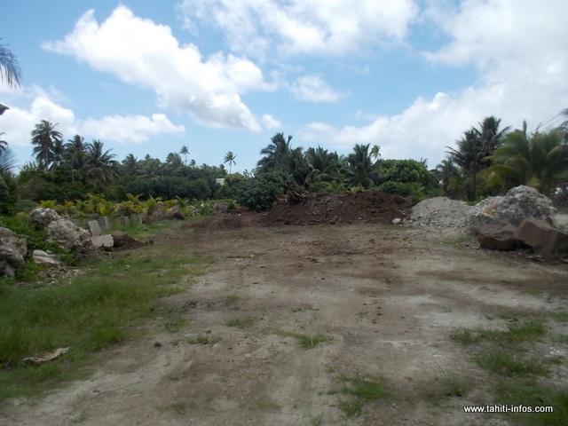 Voici le site où les déchets ont été enfouis, un terrain communal représentant une surface de 1 500 m².