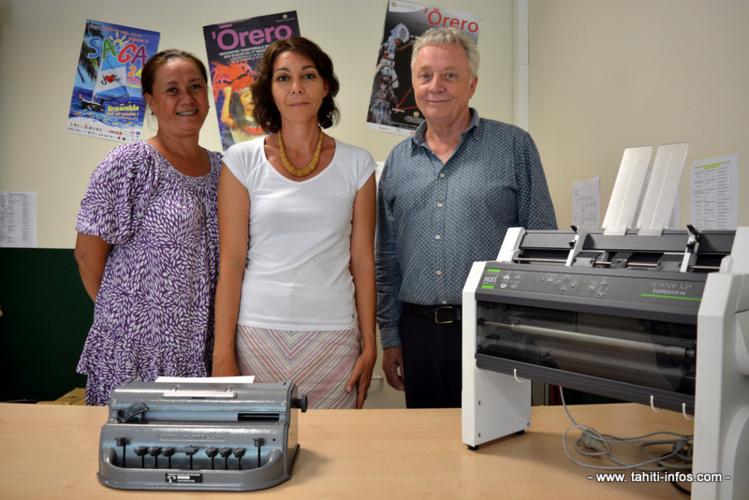 Philippe Kerfoun, Anne Claire Sainturat et Katia Domingo posent devant une Perkins et une imprimante braille.